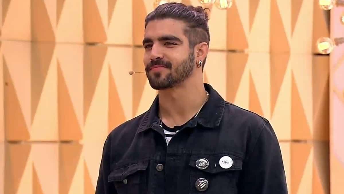 Caio Castro durante participação no Vem Pra Cá; ator fez reflexão nas redes sociais (Foto: Reprodução/SBT)