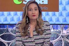 Sonia Abrão no comando do A Tarde é Sua; apresentadora foi criticada após aparecer com peruca black power (Foto: Reprodução/RedeTV)