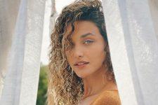 Débora Nascimento fez reflexão durante momento na praia (Foto: Reprodução/Instagram)