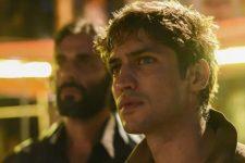 Gabriel Leone interpreta Pedro Dom, protagonista da série do Amazon Prime Vídeo; irmã do criminoso detonou a produção (Foto: Divulgação/Amazon Prime Video)