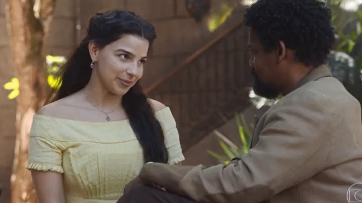 """Pilar (Gabriela Medvedovski) e Samuel (Michel Gomes) em cena de Nos Tempos do Imperador que personagem fala de """"racismo reverso"""" (Foto: Reprodução/TV Globo)"""