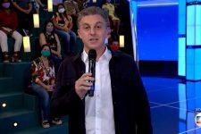 Luciano Huck em sua estreia no Domingão, que foi marcada por erros técnicos (Foto: Reprodução/TV Globo)