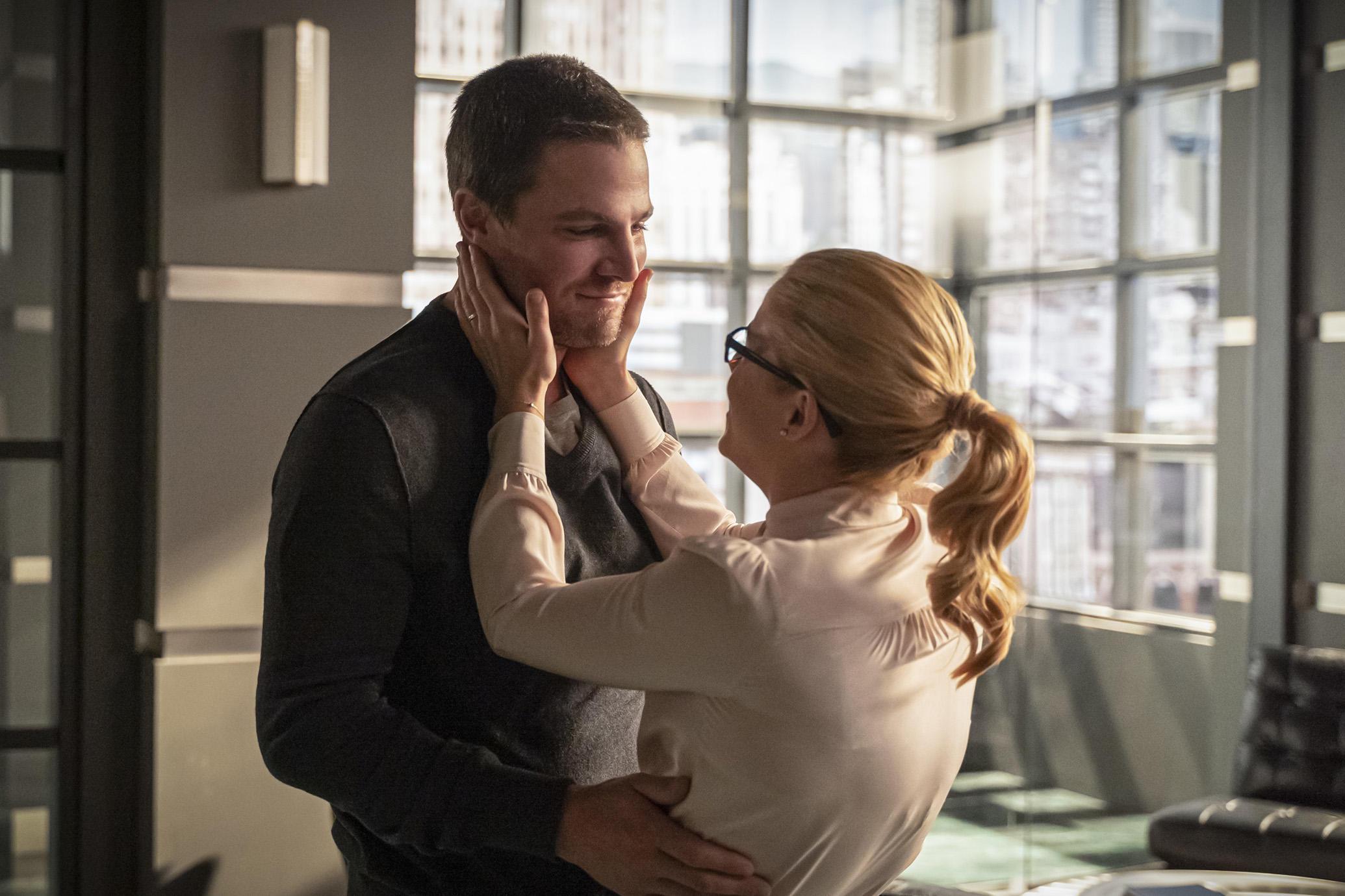 Stephen Amell como Oliver Queen/Green Arrow e Emily Bett Rickards como Felicity Smoak em Arrow