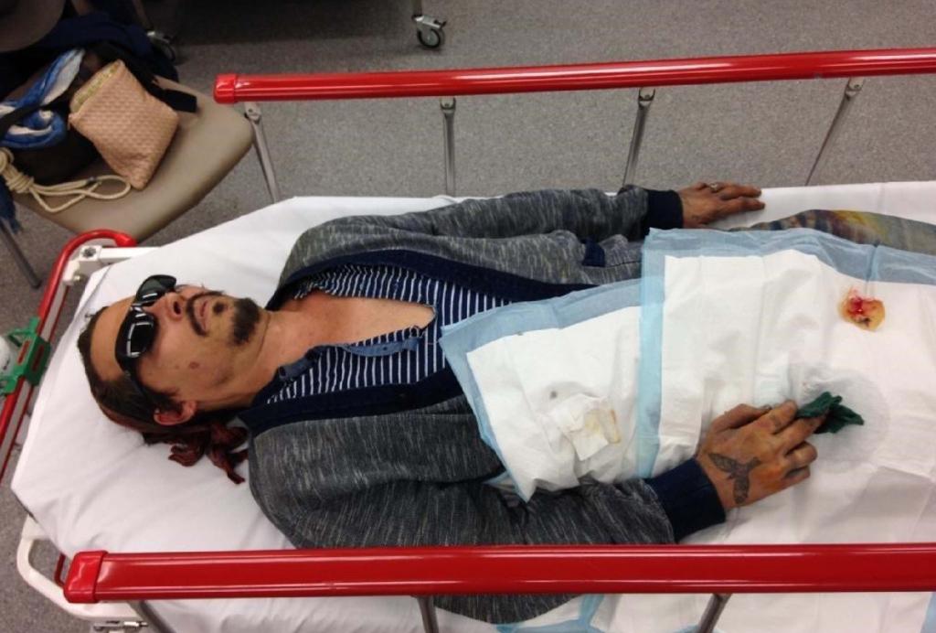 Imagens exibidas de Johnny Depp recebendo atendimento na Austrália com dedo cortado