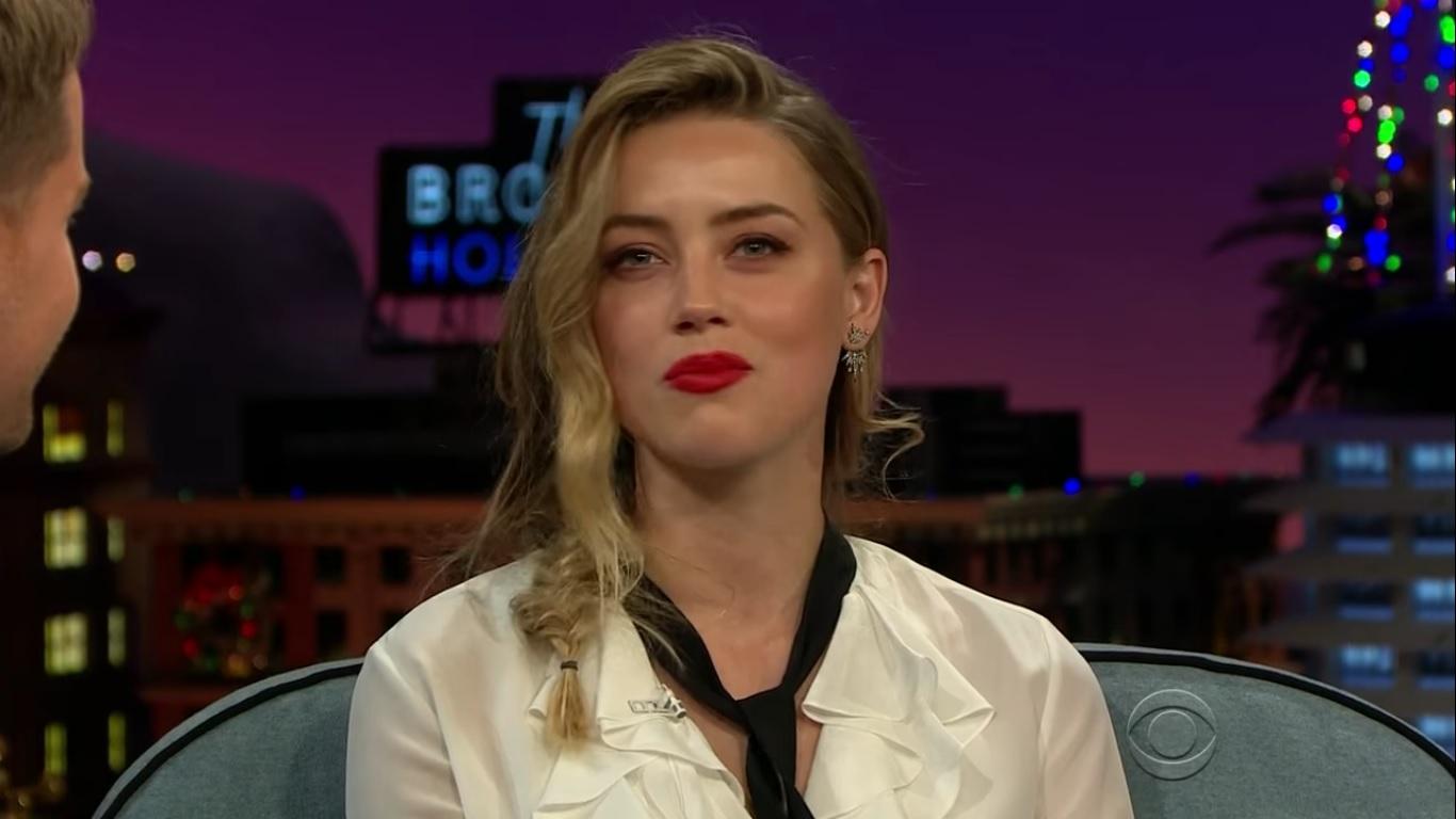 Amber Heard durante participação no The Late Late Show