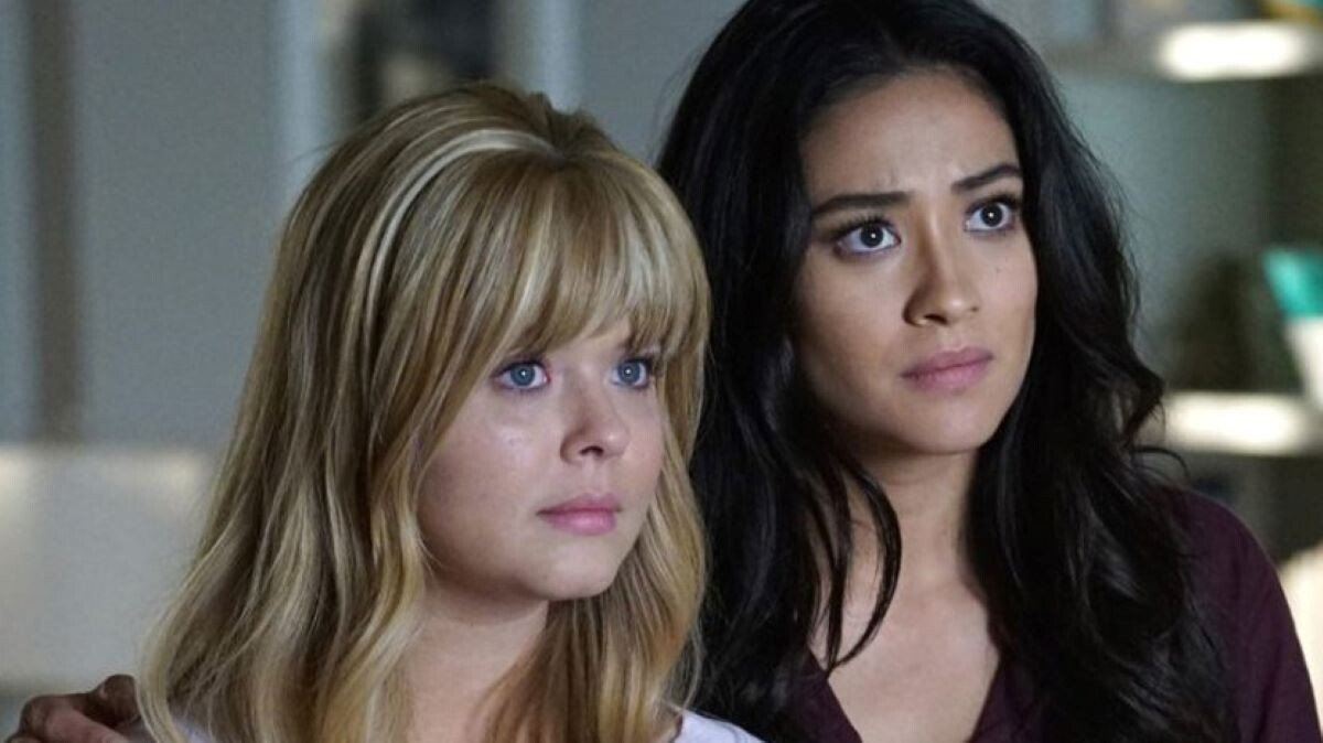 Emily e Alisson em Pretty Little Liars: The Perfectionists (Reprodção)