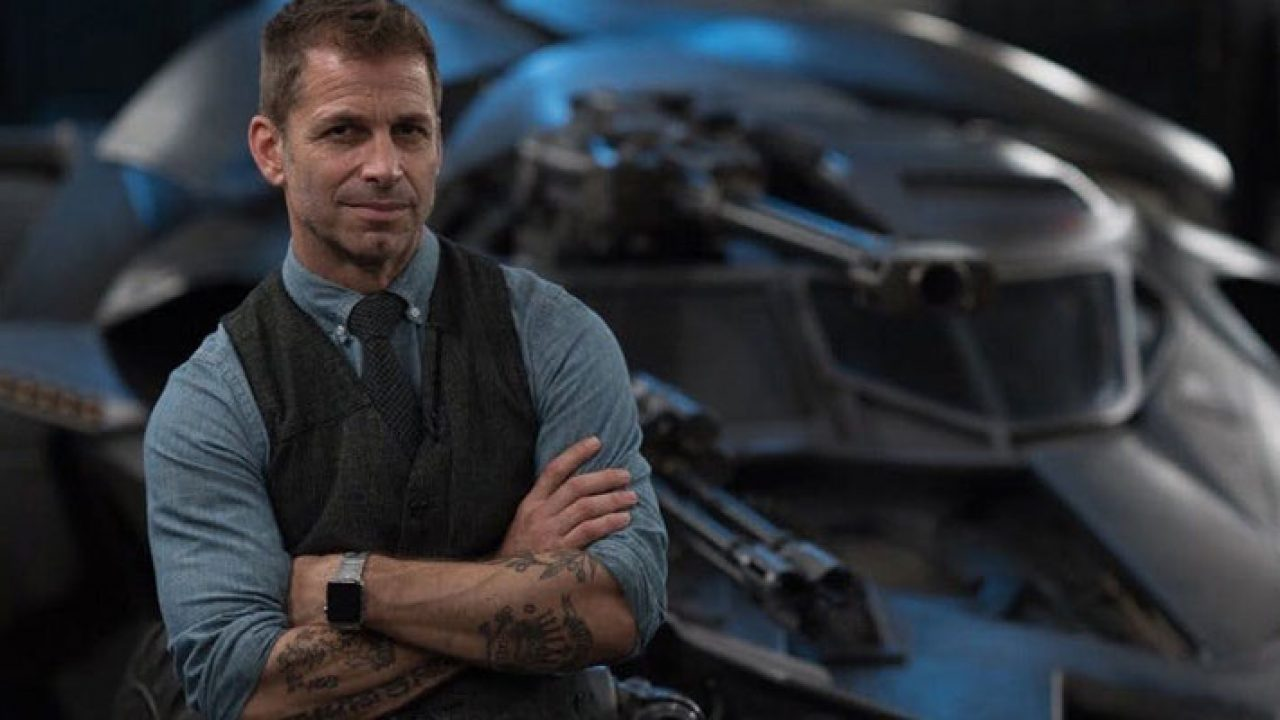 Zack Snyder posando no Batmóvel de Batman Vs Superman