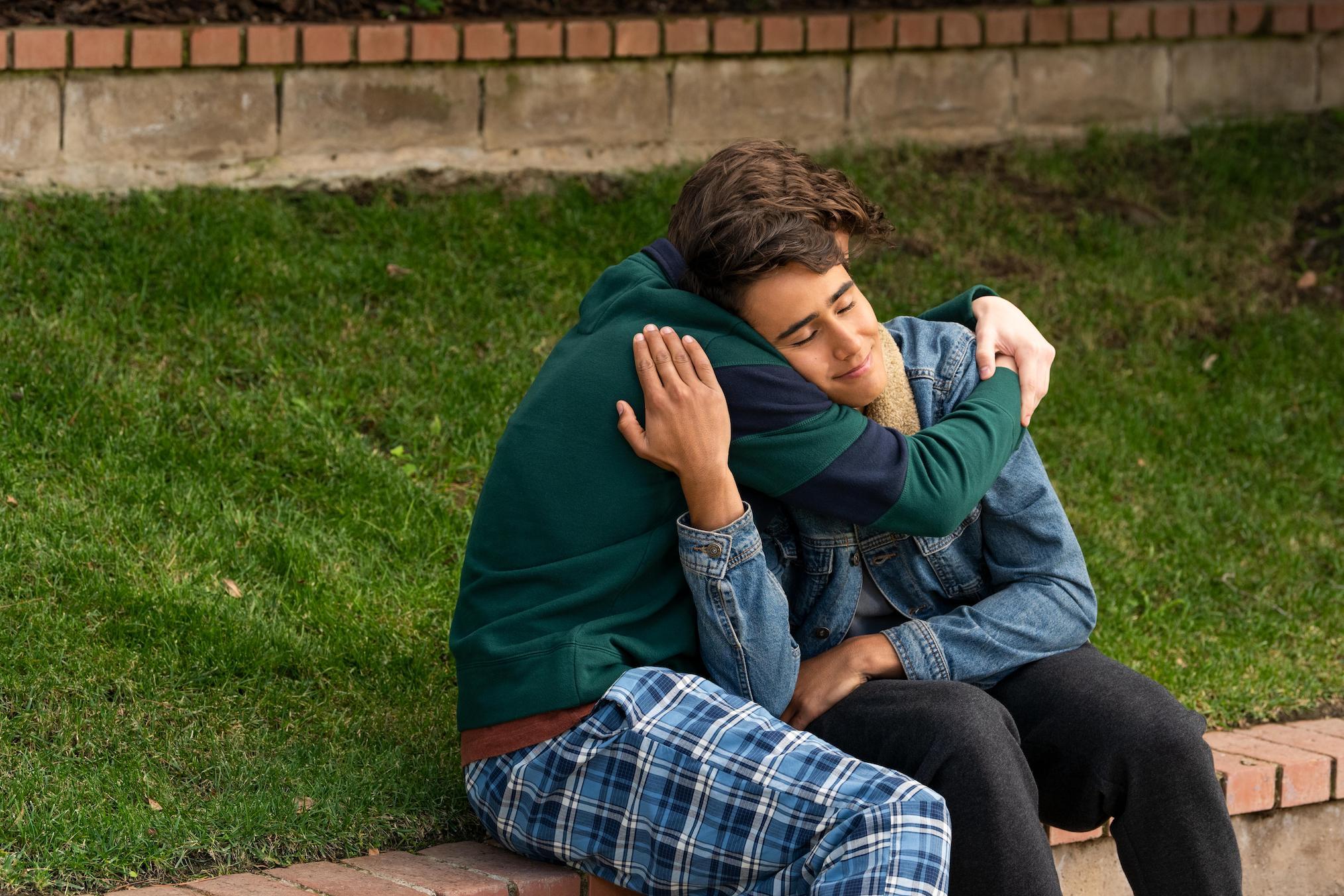 Felix (Anthony Turpel) e Victor (Michael Cimino) em Love, Victor