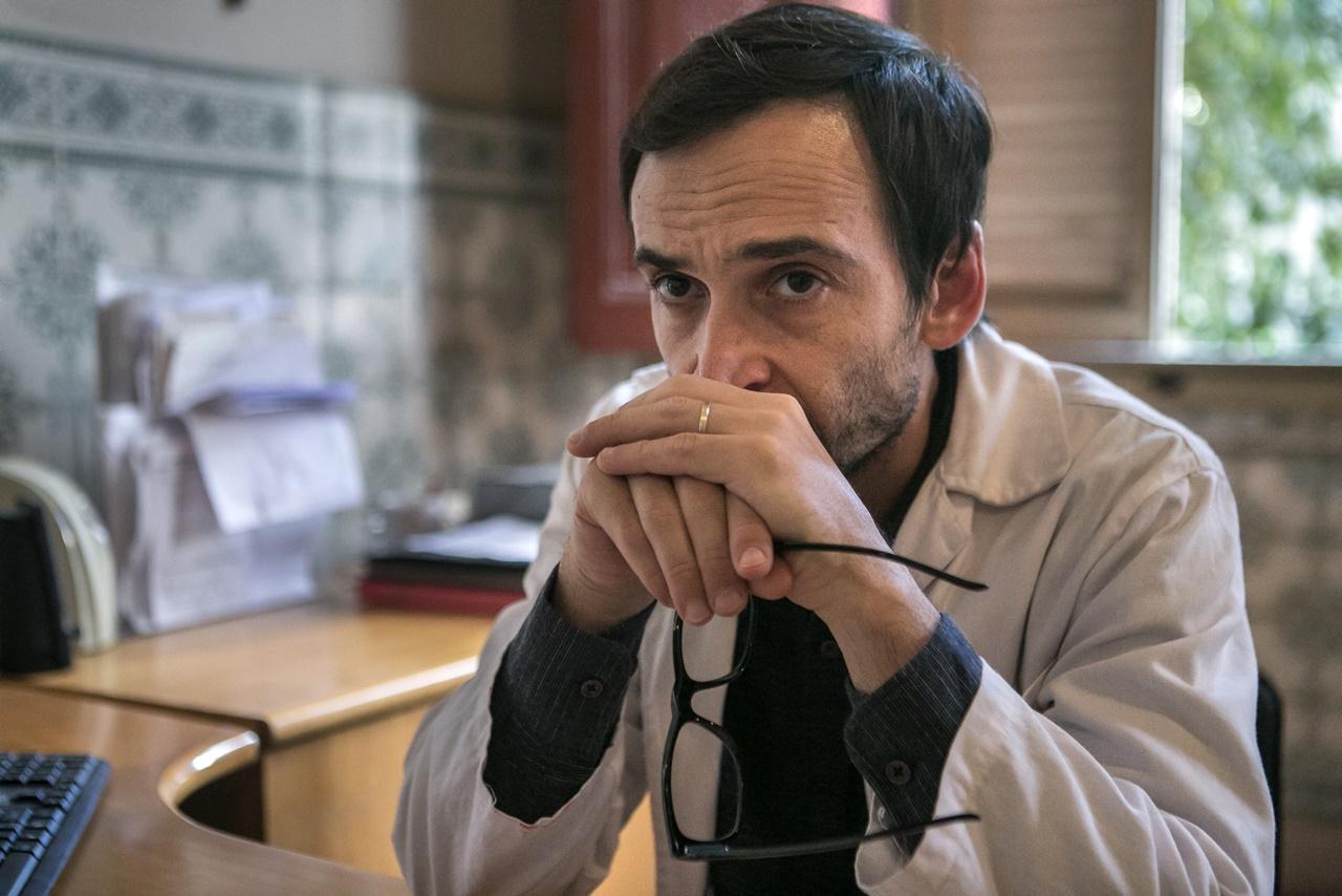Evandro (Julio Andrade) na sala da diretoria do hospital em Sob Pressão