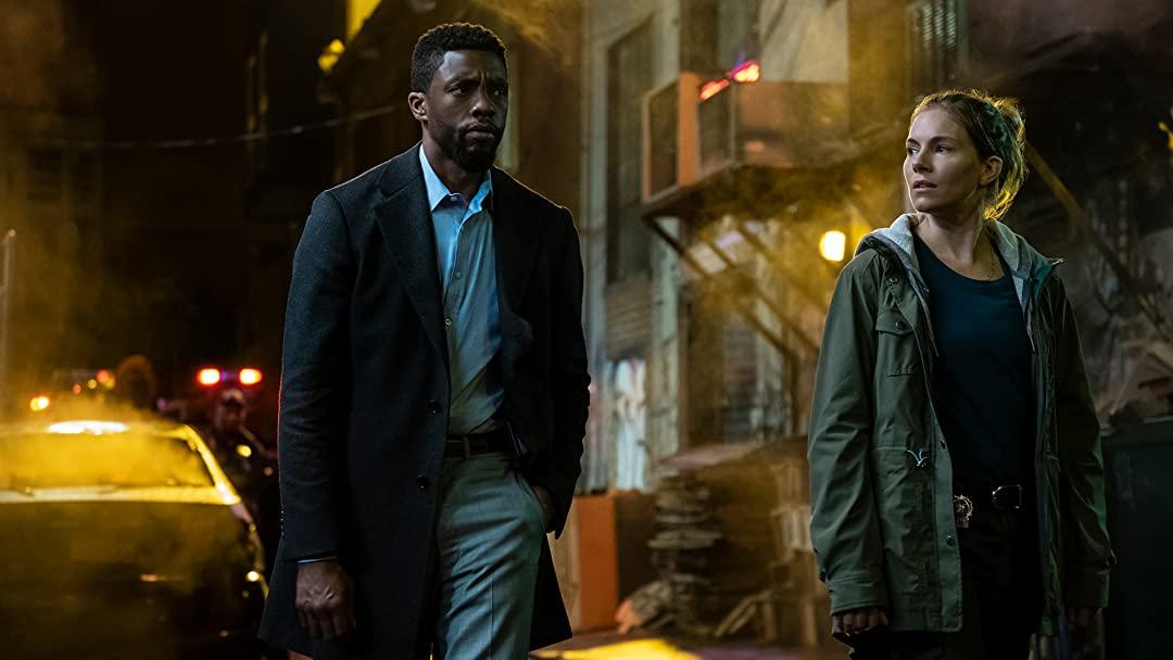 Chadwick Boseman e Sienna Miller em Crime Sem Saída