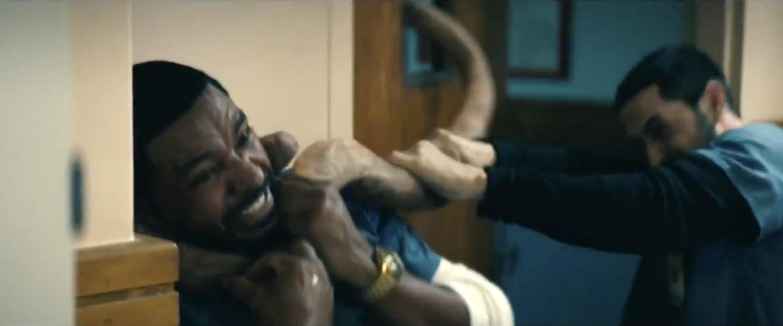 Leitinho (Loz Alonso) sendo atacado por Linguiça do Amor em The Boys