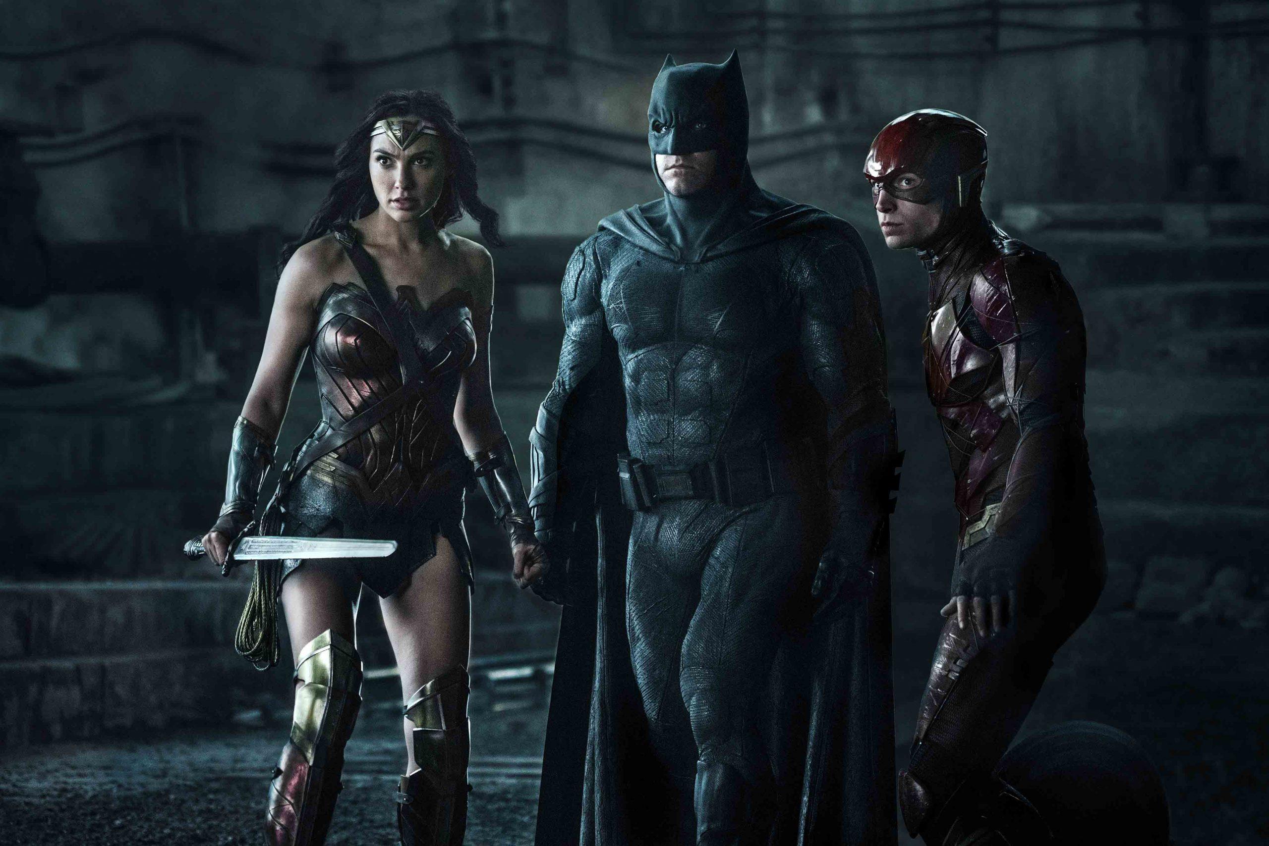 Mulher-Maravilha (Gal Gadot), Batman (Ben Affleck) e Flash (Ezra Miller) em Liga da Justiça