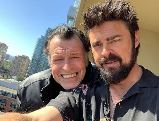 John Noble e Karl Urban em bastidores de THe Boys