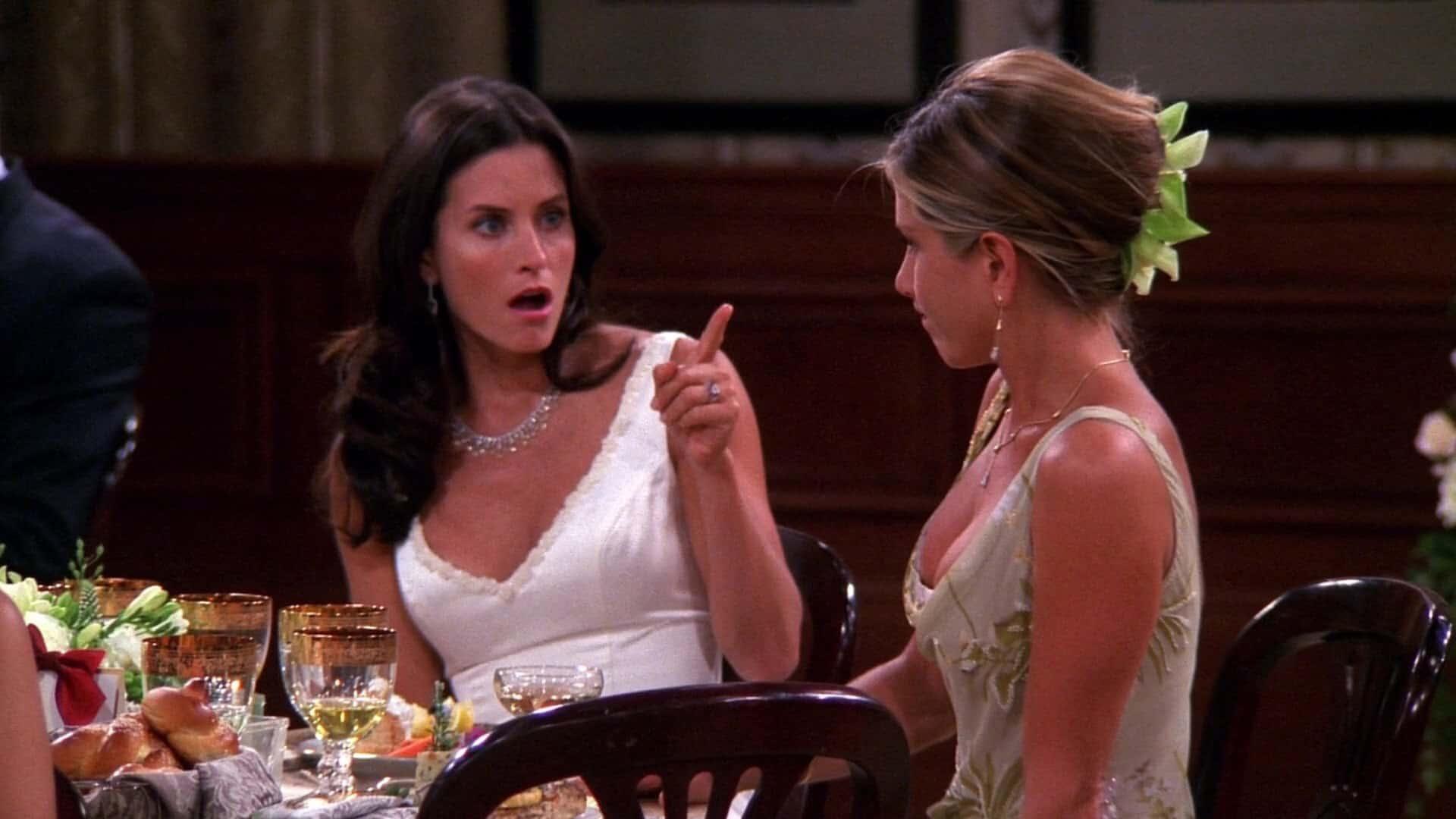 Monica (Courteney Cox) e Rachel (Jennifer Aniston) em Friends