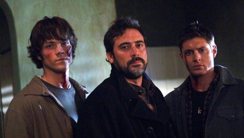 Sam (Jared Padalecki), John (Jeffrey Dean Morgan) e Dean (Jensen Ackles) em Supernatural