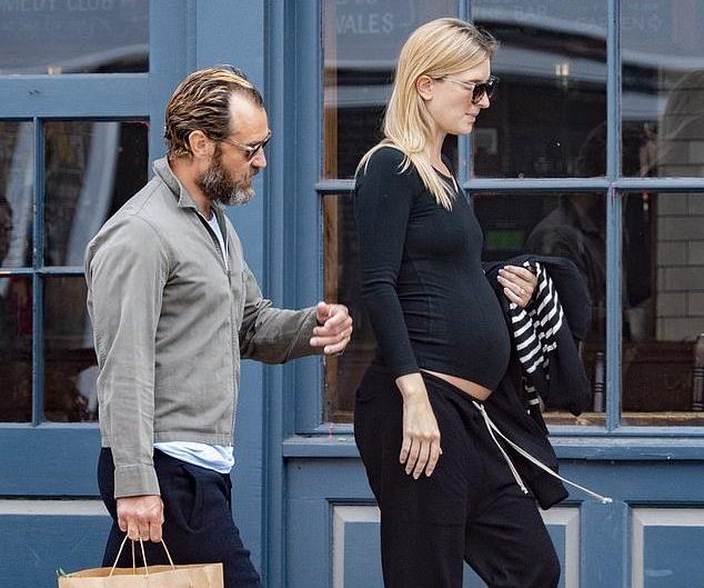 Jude Law e Philipa Coan passeando em Londres