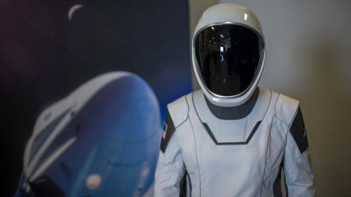 Traje espacial projetado para uso na espaçonave Crew Dragon (Divulgação)