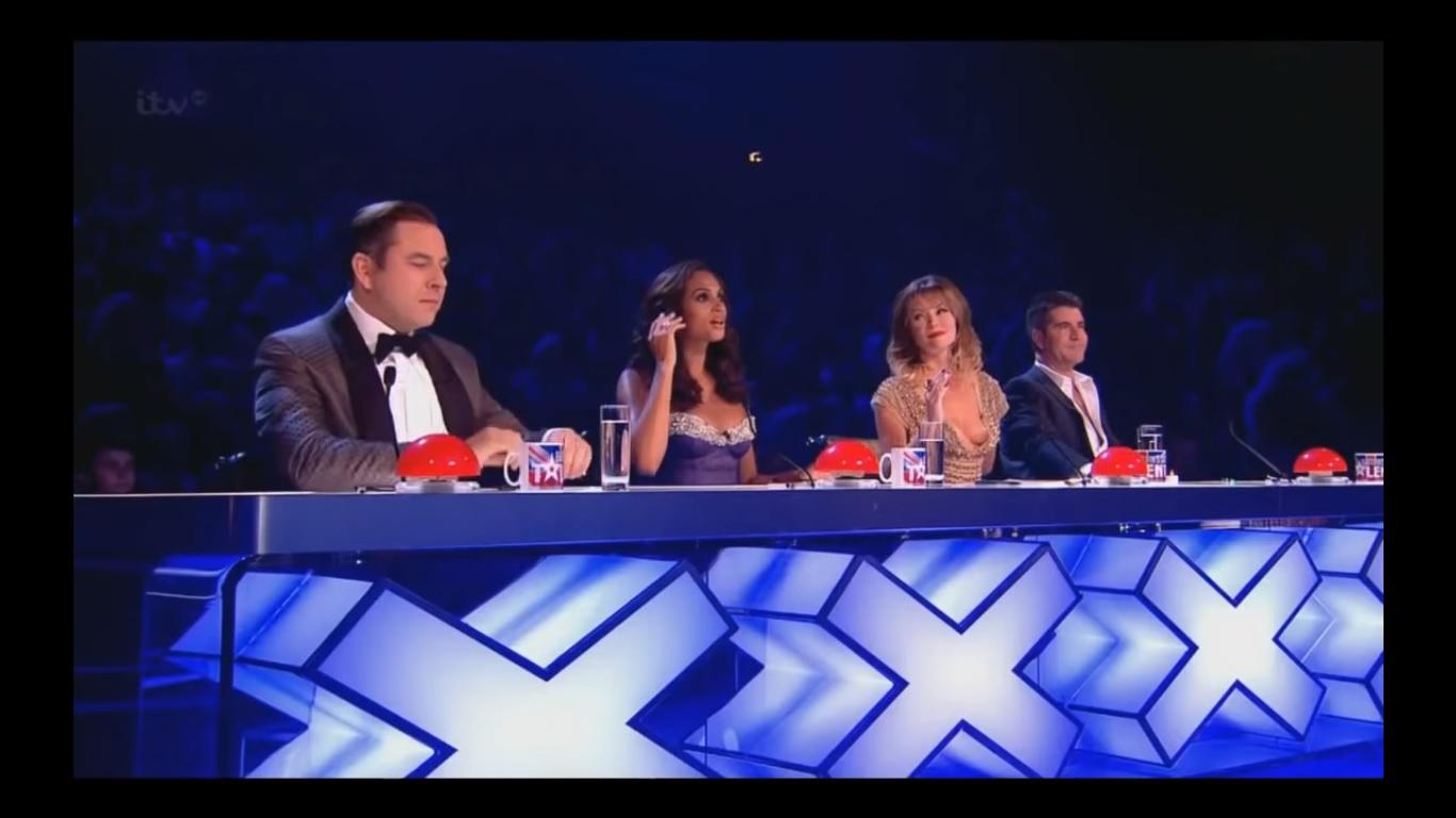 Amanda Holden com seios à mostra no Britains Got Talent