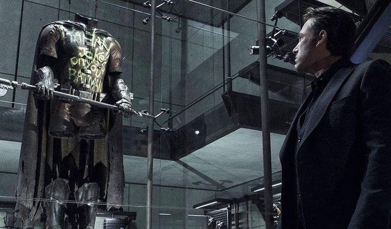 Batman (Ben Affleck) vendo o traje de Robin em Batman vs. Superman A Origem da Justiça