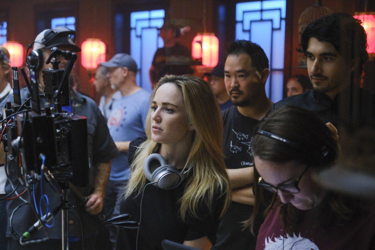 Caity Lotz dirigindo episódio de Legends Of Tomorrow