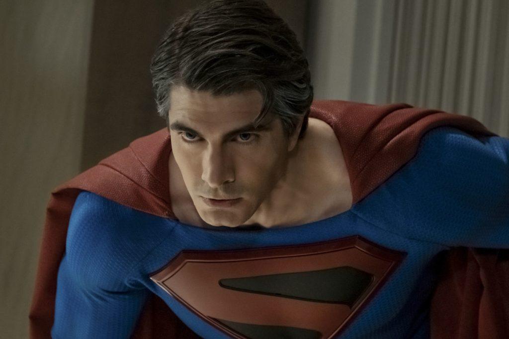Brandon Routh como Clark Kent em Crise nas Infinitas Terras