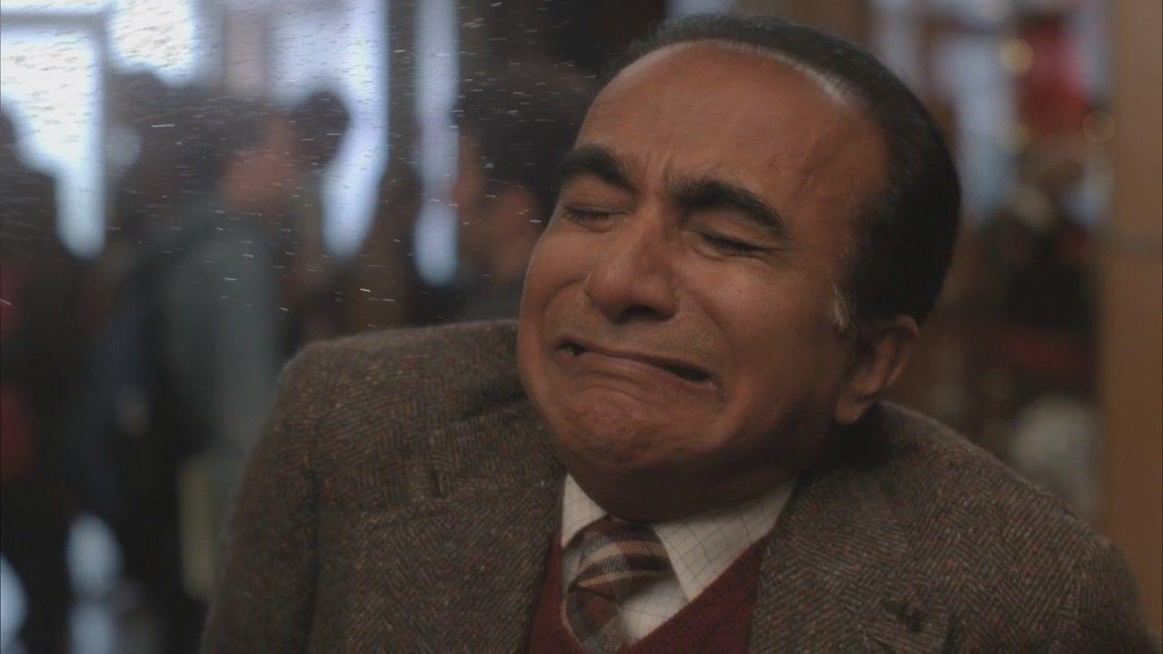 Iqbal Theba como Diretor Figgins em cena de Glee