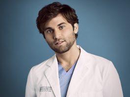 Jake Borelli como Levi Schmitt em Grey's Anatomy
