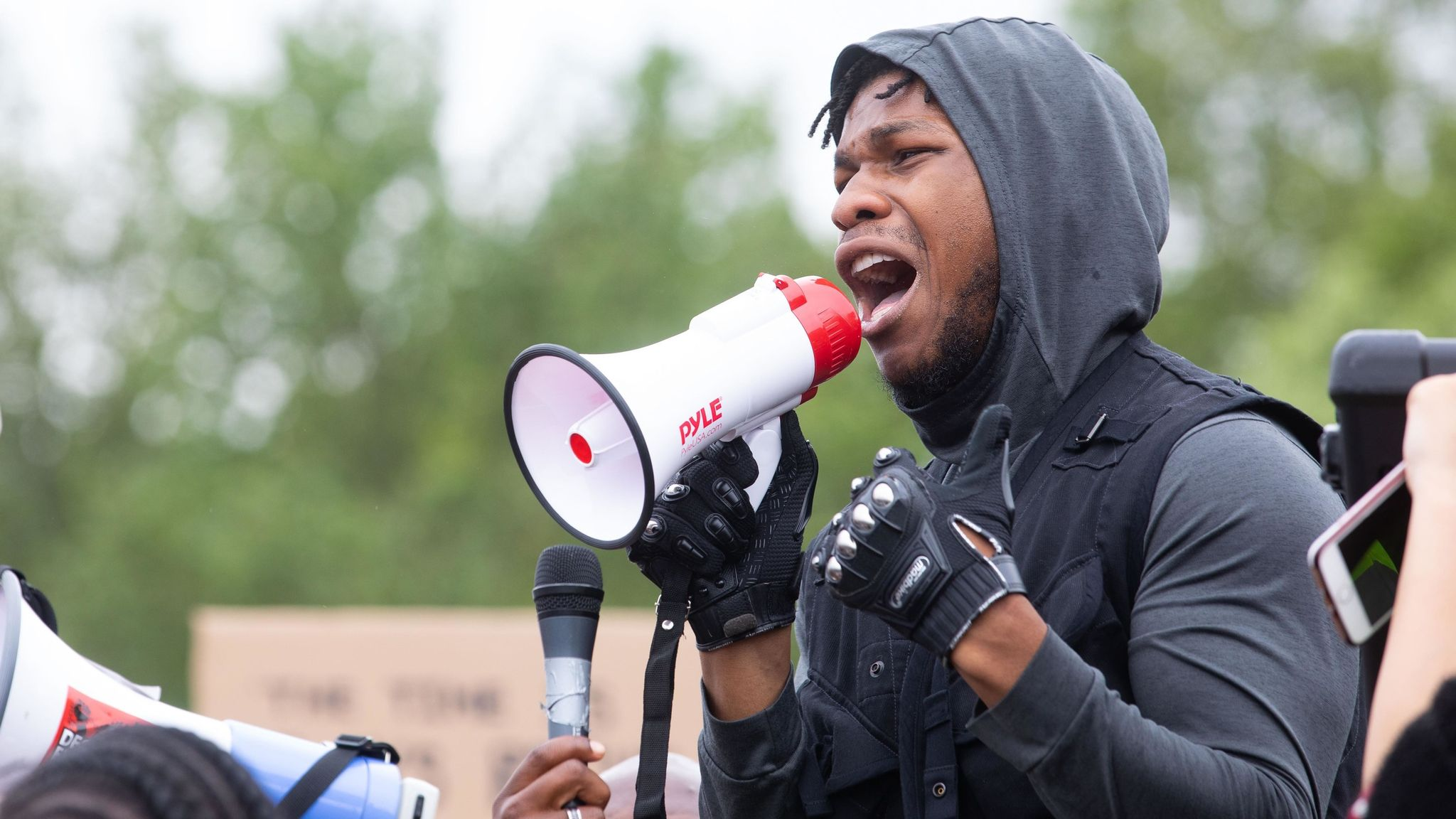 John Boyega durante protesto em Londres