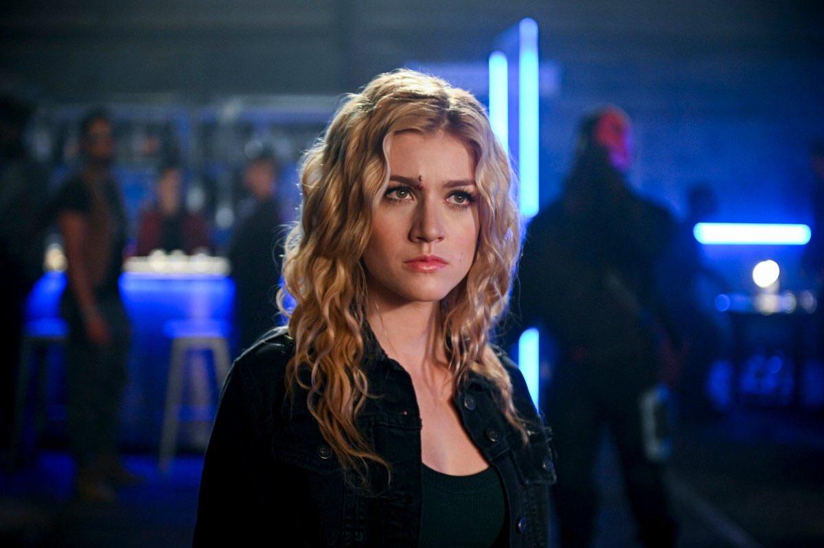 Mia (Katherine McNamara) em Arrow
