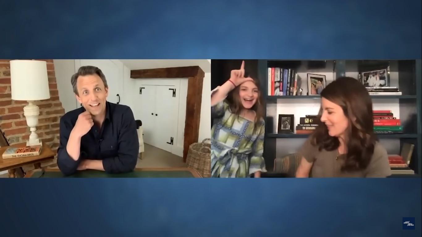 Penelope, filha de Tina Fey invade entrevista da mãe