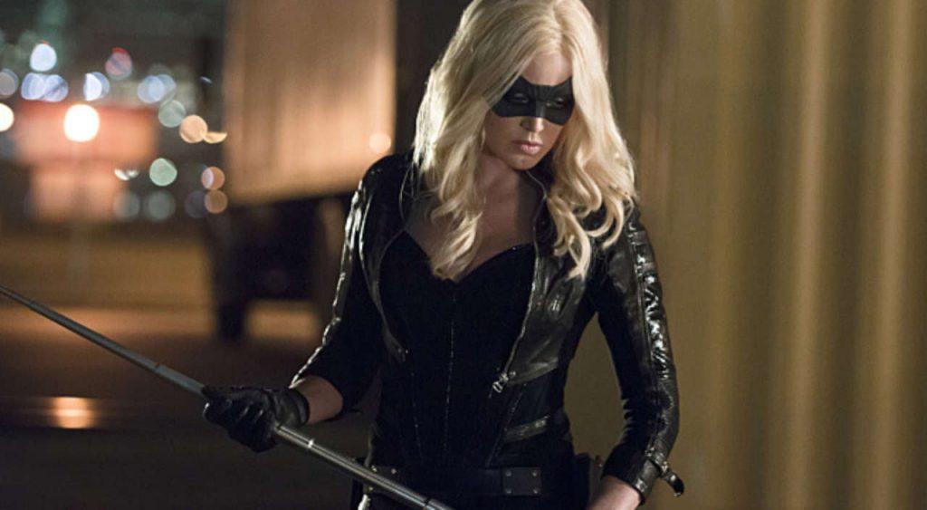 Sara Lance (Caity Lotz) como Canário Negro em Arrow