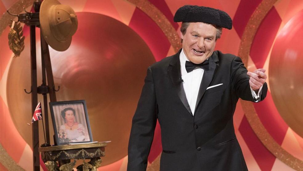 Mike Myers como Tommy Maitland, apresentador do programa 'The Gong Show'
