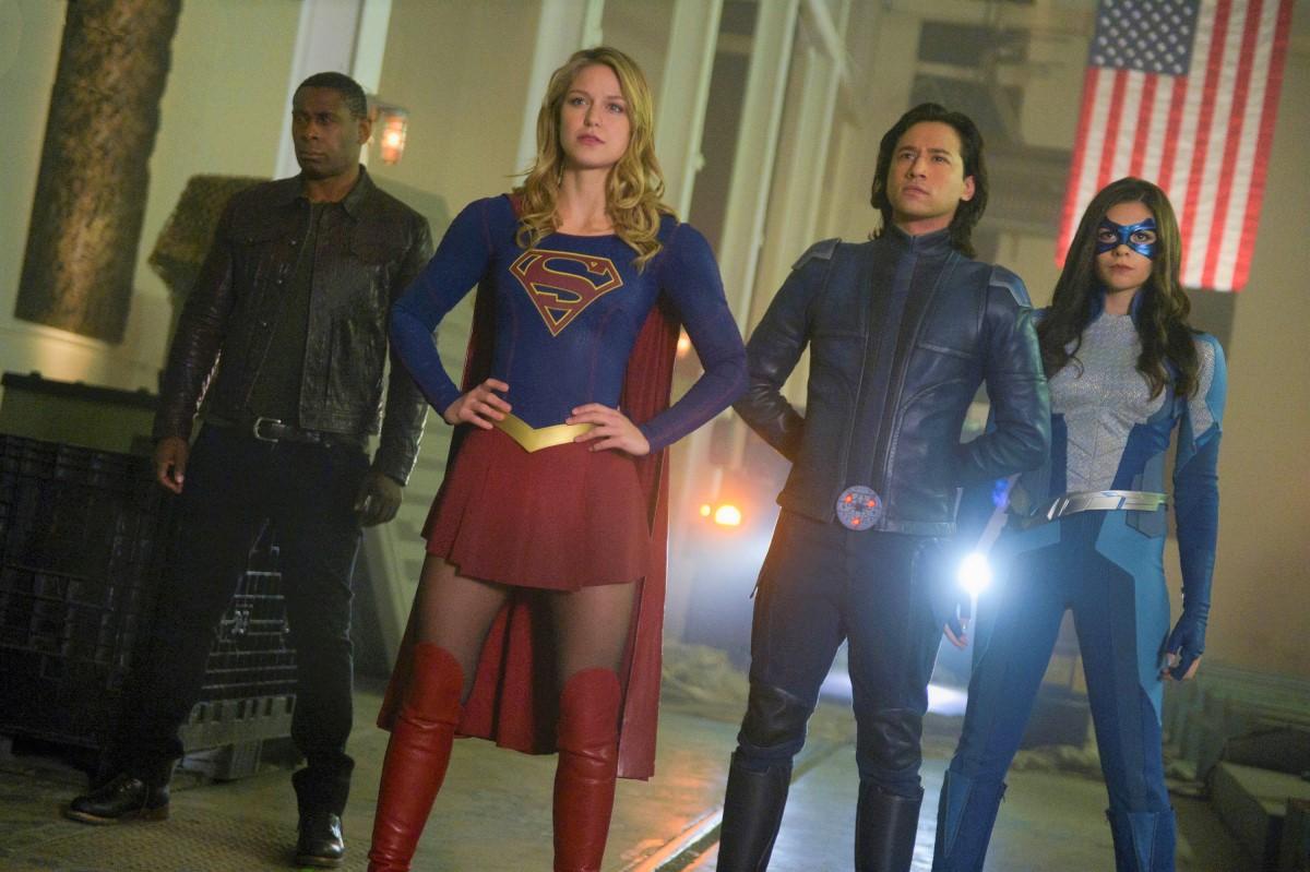 Hank (David Harewood), Supergirl (Melissa Benoist), Nia (Nicole Maines) e Brainiac 5 (Jesse Rath) em Supergirl